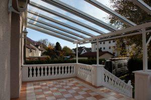 Terrassenüberdachung TerraSmart Elegant-Line mit langen durchgehenden Glasscheiben