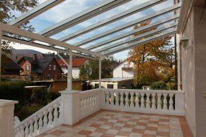 Terrassendach TerraSmart Elegant-Line mit langen ungeteilten Glasscheiben