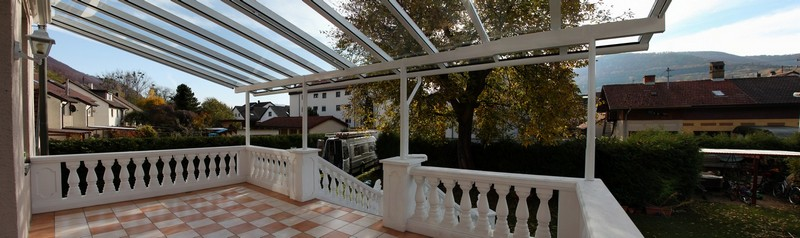 Terrassendach mit langen Glasscheiben
