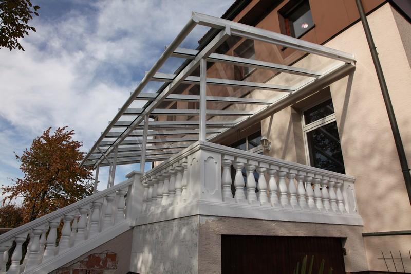Terrassendach mit langen durchgehenden Glasscheiben