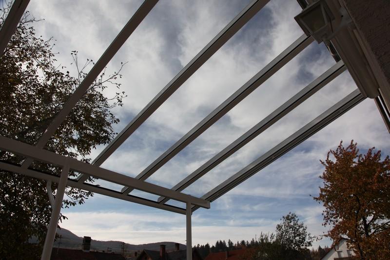 Terrassendach mit langen Glasscheiben ohne Unterteilung